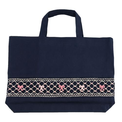 【手刺繍スモッキング】【リボン柄ピンクB】紺色布製:レッスンバッグ