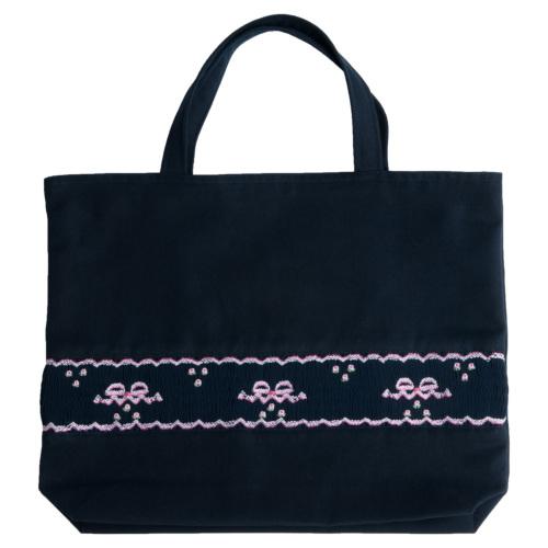 【手刺繍スモッキング】【リボン柄ピンクA】紺色布製:レッスンバッグ